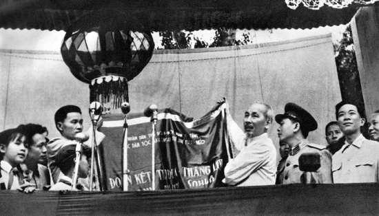 Lên thăm khu tự trị tây Bắc (5/1959), Hồ Chủ tịch trao tặng đồng bào các dân tộc bức trướng của đồng báo Thủ đô Hà Nội.