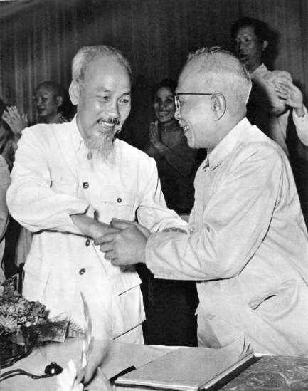 Hồ Chủ tịch chúc mừng cụ Tôn Đức Thắng được Quốc hội khoá 2 bầu làm Phó Chủ tịch nước Việt Nam dân chủ cộng hoà (7/1960).