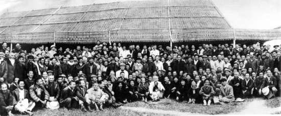 Ngày 9/12/1961, về thăm quê nhà lần thứ hai, Người chụp ảnh với các chiến sĩ phong trào Xô viết Nghệ Tĩnh 1930 – 1931.