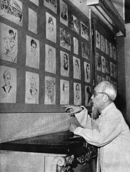 Hồ Chủ tịch xem triển lãm tranh miền Nam.