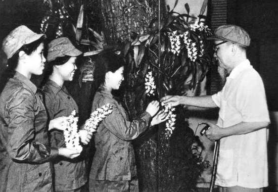 Người tặng hoa phong lan cho ba đại biểu dân quân gái Quảng Bình, Vĩnh Linh.