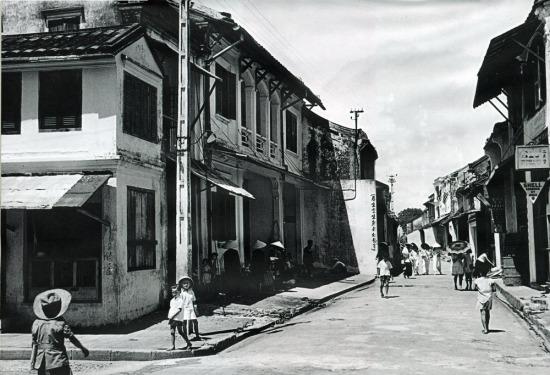 Trẻ em trên phố phường Hội An.