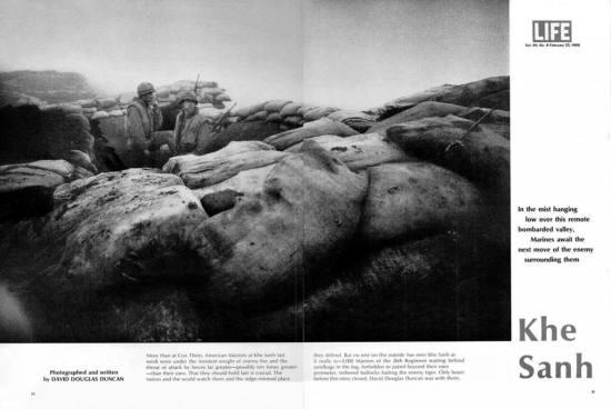 Trong màn sương bao phủ khu vực thung lũng bị đạn bom cày xới, các lính thủy đánh bộ Mỹ căng thẳng chờ đợi động thái tiếp theo của quân đội Giải phóng đang bao vây xung quanh. Trong một tuần qua, họ đã phải gánh chịu sức ép dồn dập từ hỏa lực của đối phương. Không ai ở bên ngoài có thể hình dung được thực tế ở Khe Sanh: 5.000 lính của Trung đoàn 26 như những con bò thiến bị buộc một chổ để làm mồi cho hổ.