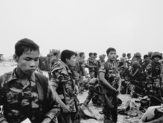 Từ ngày 28/3, hàng nghìn lính VNCH đã tập trung dọc bãi biển Đà Nẵng.