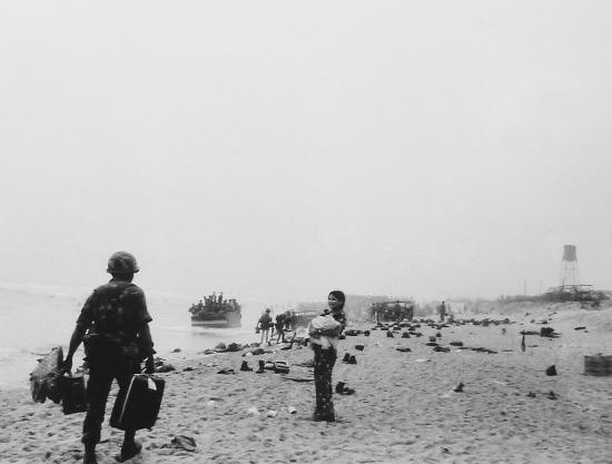 """Nhà báo Alan Dawson mô tả Đà Nẵng trong ngày 28/3: """"Binh lính rã ngũ nổi loạn, cố sức thoát ra hoặc vơ vét cái gì có thể kiếm được trong khoái lạc bắn giết và cướp bóc...""""."""