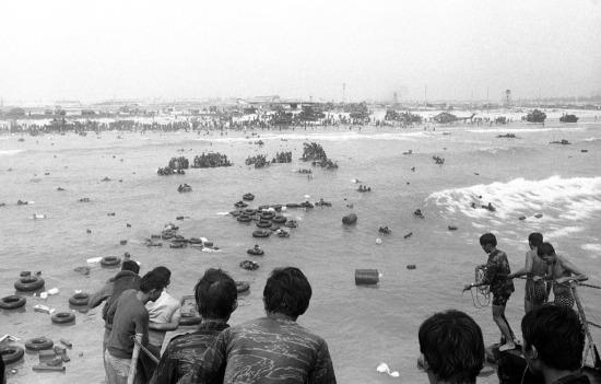 Theo quan sát của phóng viên quốc tế, hàng chục xe tăng và cả một chiếc máy bay trực thăng đã bị vứt bỏ.