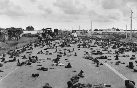 Tình cảnh tương tự xảy ra khi Sài Gòn được giải phóng ngày 30/4/1975. Hàng vạn binh lính ở nơi đây đã vứt bỏ quân phục và tìm cách thoát khỏi thành phố.