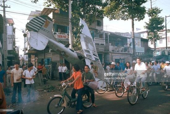Ngày 29/4/1975, trong nỗ lực đào thoát khỏi Sài Gòn, một chiếc máy bay hạng nhẹ L-19 của chính quyền Sài Gòn đã rơi trên đường Nguyễn Hoàng. Ảnh: Herve Gloaguen.