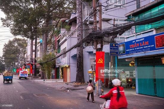 Cùng một góc chụp, vào thời điểm 40 năm sau của Taylor Weidman. Vị trí hiện tại là trước cửa nhà số 61A Trần Phú, phường 4, quận 5 TP HCM.
