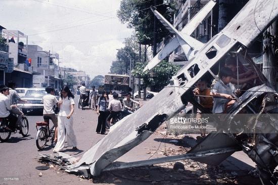 Hiện trường vụ máy bay rơi ở Sài Gòn trong ảnh của Francoise De Mulder. Nhiều phóng viên quốc tế có mặt tại Sài Gòn ngày 29/4/1975 đã đến địa điểm máy bay rơi để chụp lại những bức ảnh đắt giá về thời khắc cuối cùng của cuộc chiến tranh Việt Nam.