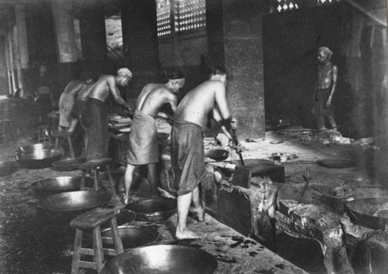 Công nhân bắt đầu làm việc từ 6 giờ sáng, chia làm 2 ca sáng và chiều. Mỗi ngày nhà máy tiêu thụ khoảng 350kg nguyên liệu, gồm thuốc phiện sống, vỏ cây khô và các hóa chất khác nhau.