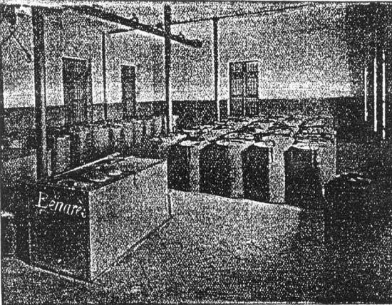 """Phòng cân và đóng gói, nơi thuốc phiện được đóng trong những hộp nhỏ bằng đồng, có khối lượng là 5, 10, 15, 20, 40 hoặc 100gram. Việc sử dụng thuốc phiện rất phố biến trong dân cư thời kỳ Pháp thuộc. Người Hoa và người Việt có của thường hút thuốc phiện ở nhà, trong khi giới bình dân hút tại các """"động"""" nha phiến, có rất nhiều ở Sài Gòn và Chợ Lớn."""