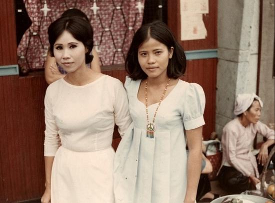 """""""Khi tôi ngồi xuống bên cạnh cô ấy trong quầy, tôi cảm thấy một điều gì đó thật khác lạ. Không phải kiểu gái điếm muốn kiếm tiền nhanh chóng, cô ấy có sự chín chắn nhất định cùng khiếu hài hước. Chúng tôi nói chuyện, cười đùa và tôi đã gọi trà Sài Gòn để có thể ngồi nhâm nhi cùng cô. Tôi được biết rằng cô đã 28 tuổi, một góa phụ với hai đứa con của người chồng đầu tiên và một đứa con với một lính Mỹ, người dành phần lớn thời gian tham gia chiến tranh Việt Nam để sống với cô ở Vũng Tàu. Giờ anh ta đã về nước và cô cần phải kiếm sống. Cô đã đưa tôi đến nhà mình, một căn phòng trong một ngôi nhà nhỏ cách năm phút đi bằng taxi Lambro...""""."""