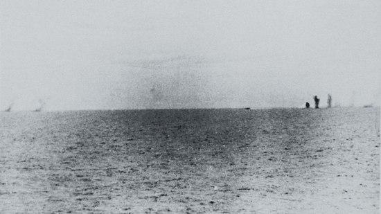 Trong trận hải chiến, tàu Maddox sử dụng hơn 280 đạn pháo cùng bốn máy bay tiềm kích USN F-8 Crusader oanh tạc các tàu Việt Nam, khiến 3 tàu bị hư hỏng và bốn thủy thủ hi sinh, 6 người bị thương. Ảnh: Khói bốc lên từ các tàu của Việt Nam sau khi trúng đạn Mỹ.