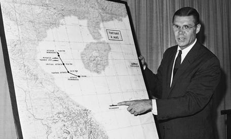 """Bộ trưởng Quốc phòng Mỹ Robert S. McNamara trình bày về vụ việc xảy ra trong Vịnh Bắc Bộ (sự kiện Vịnh Bắc Bộ lần 2) ngày 4/8/1964 trong cuộc họp báo nửa đêm tại Lầu Năm Góc. Vụ việc này về sau được khẳng định chỉ là sự """"nhầm lẫn"""" về tình báo của Mỹ, nhưng lại là cái cớ để Mỹ mở màn chiến dịch dùng không quân đánh phá miền Bắc Việt Nam."""