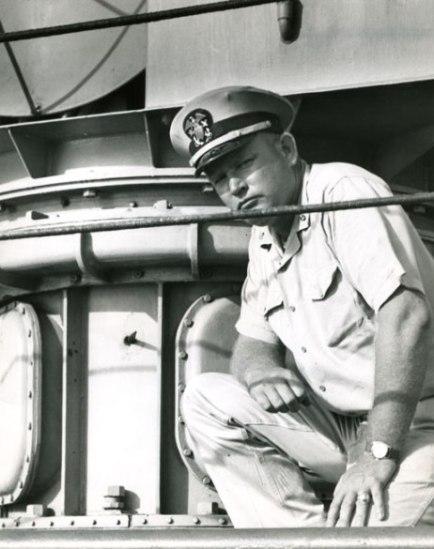 Về phía Mỹ có 1 máy bay bị hư hỏng, tàu khu trục bị một vết đạn 14,5 mm, không có tổn thất về người. Ảnh: Thiếu tá Dempster M. Jackson, người chỉ huy tàu Maxdox của Mỹ bên vết đạn bắn.