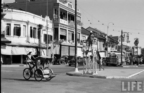 Năm 1950, thời điểm những bức ảnh này được thực hiện, quá trình dung hợp giữa Sài Gòn và Chợ Lớn gần như đã hoàn tất. Toàn bộ thành phố dùng một tên gọi kép là Sài Gòn - Chợ Lớn.