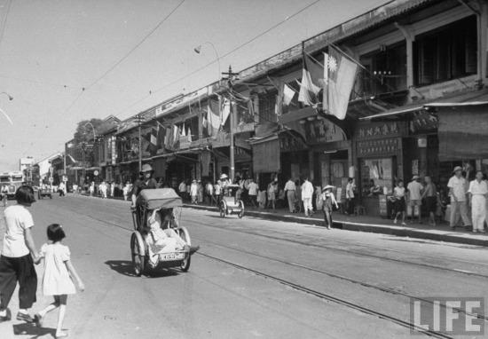 Nhiều ngôi nhà của người Hoa ở Chợ Lớn thời gian này treo cờ Tưởng Giới Thạch, một lực lượng ngoại quốc đã đóng quân ở Việt Nam sau năm 1945.
