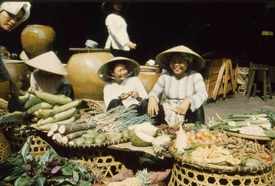 Các bà bán rau.
