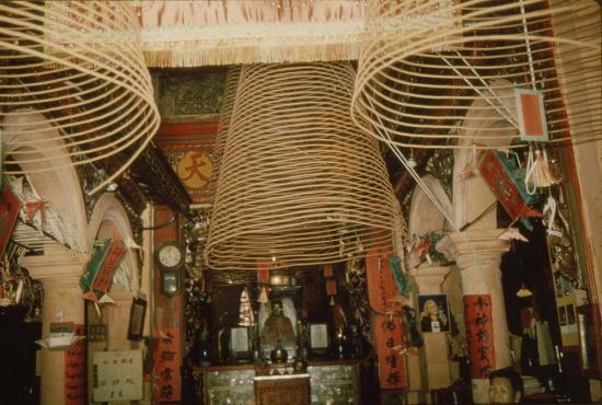 Những vòng hương trong chùa.