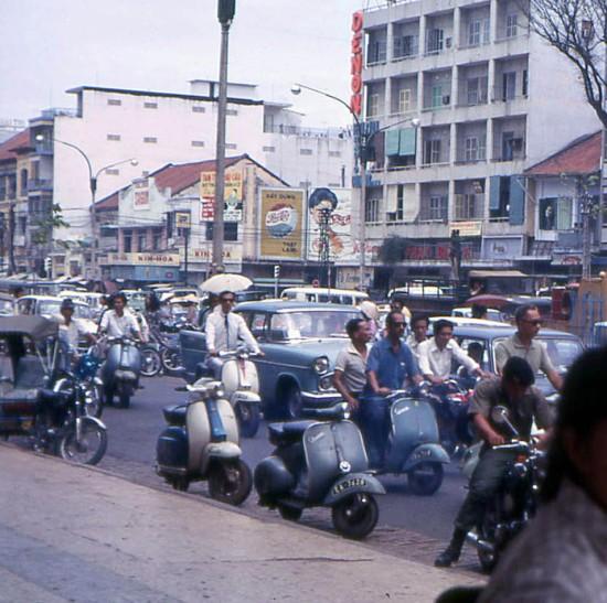 Xe hơi chen chúc trên đại lộ Lê Lợi.