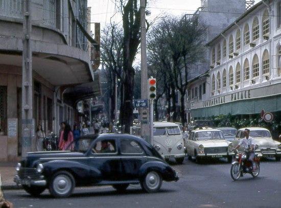 Đường Tự Do (Đồng Khởi) với khách sạn nổi tiếng Continental Palace ở bên phải.