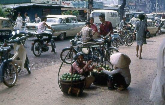 Gánh hàng cam trên vỉa hè đại lộ Nguyễn Huệ.