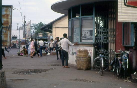 Phía ngoài ga Sài Gòn cũ. Ga Sài Gòn -  1968 (Photo by John F.Cordova)