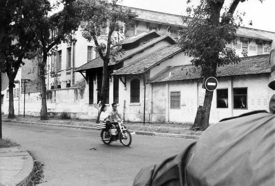 Ngã tư Bà Huyện Thanh Quan - Ngô Thời Nhiệm, phía sau trường Trung học nữ sinh Gia Long (trường THPT Nguyễn Thị Minh Khai ngày nay).
