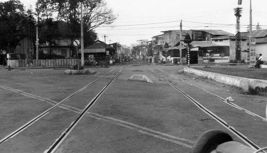 Đường tàu chạy qua giao lộ Lê văn Duyệt - Hiền Vương.