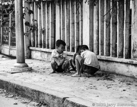 Những đứa trẻ có tuổi thơ gắn với vỉa hè Sài Gòn.