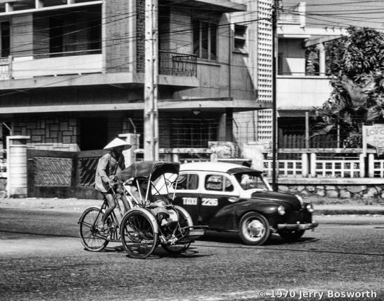 Hai loại phương tiện giao thông công cộng quen thuộc ở Sài Gòn: xích lô và taxi.