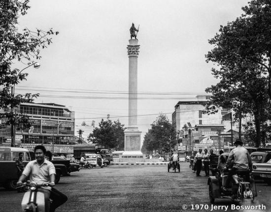 Tượng đài An Dương Vương nằm giữa vòng xoay ngã 6 Nguyễn Tri Phương
