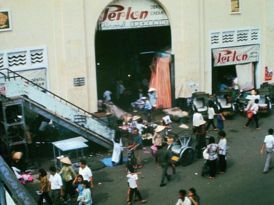 Chợ Bến Thành năm 1970. Thời điểm này ngay trước cổng chợ có một cầu vượt dành cho người đi bộ bắc sang bùng binh Quách Thị Trang.