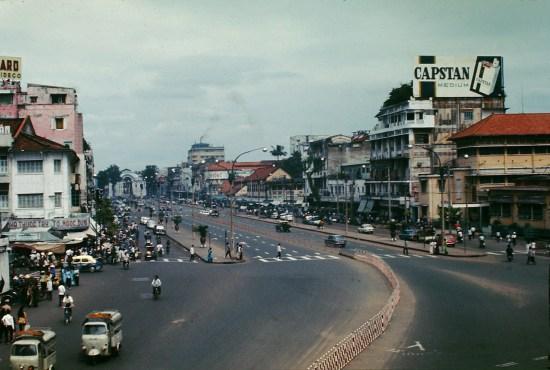 Đường Lê Lợi nhìn từ cầu vượt trước chợ Bến Thành.