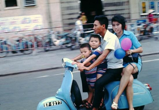 Một gia đình vi vu xe máy trên đường Lê Lợi.