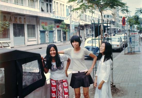 Đường Tự Do với lối ăn mặc rất... tự do của các thiếu nữ Sài Gòn
