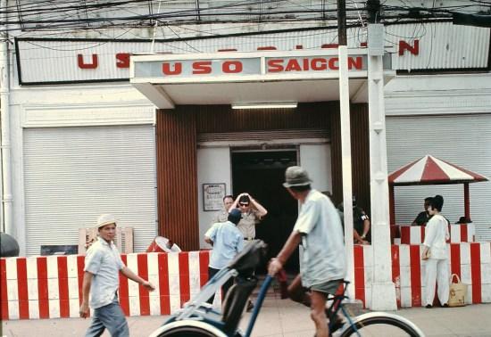 Trụ sở USO (United Services Organizations, tổ chức phi lợi nhuận đưa các hoạt động giải trí tới phục vụ quân đội Mỹ đóng ở khắp nơi trên thế giới) ở đường Nguyễn Huệ.