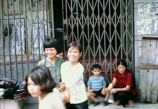 Trẻ em trên đường phố Sài Gòn.
