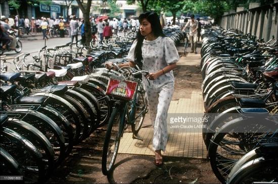 Bãi gửi xe đạp trên vỉa hè.