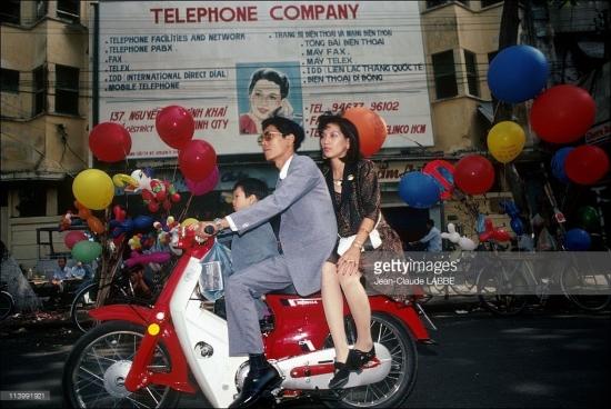 Pa-nô quảng cáo bằng song ngữ Anh - Việt của một công ty điện thoại.