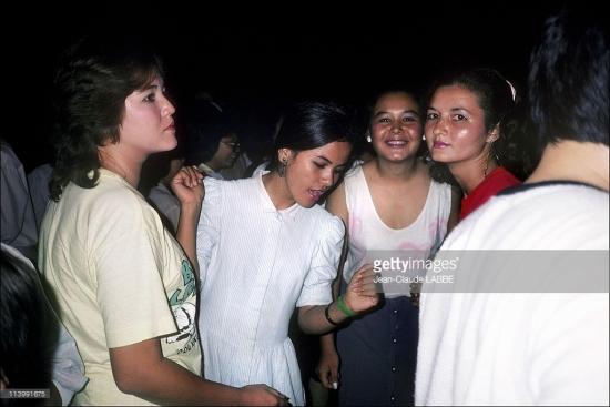 Các thiếu nữ con lai Mỹ - Việt sinh ra từ thời chiến tranh Việt Nam tụ tập ở một vũ trường.