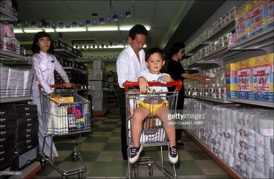 Trong một siêu thị kiểu phương Tây - mô hình kinh doanh mới mẻ ở Việt Nam năm 1991.