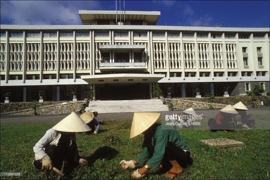 Công nhân vệ sinh môi trường dọn cỏ trước Dinh Độc Lập.