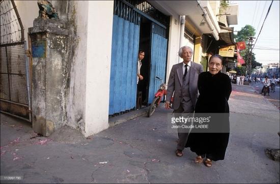 Cụ ông và cụ bà dạo phố một ngày Chủ nhật.
