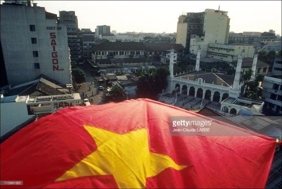 Đường Đông Du nhìn từ trên cao với khách sạn Sài Gòn ở bên phải và thánh đường Hồi giáo Musulman phía trái.