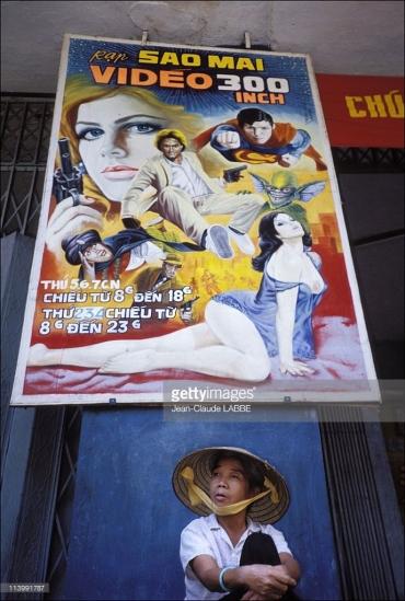 Pa-nô quảng cáo cho các bộ phim phương Tây với hình ảnh khiêu gợi - điều mới phổ biến ở Việt Nam đầu thập niên 1990.