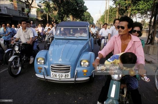 Mẫu xe Citroen 2Cv nổi tiếng của Pháp bon bon trên đường phố Sài Gòn giờ cao điểm.