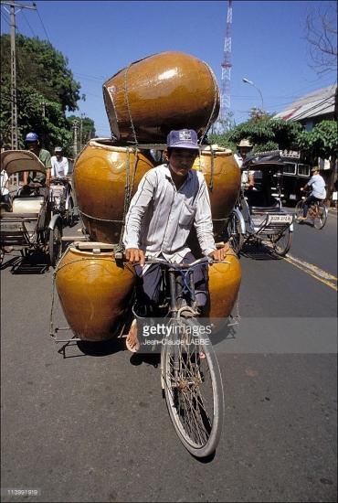 Một chiếc xe đạp chở vại nước.