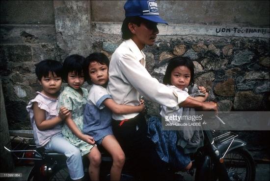 Người đàn ông và 4 đứa trẻ trên chiếc Honda Cub.